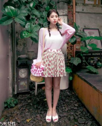 粉色针织衫怎么搭配?文艺又少女的穿搭经典