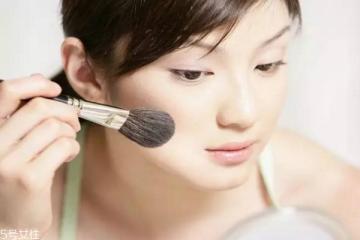 夏天脸出油化妆怎么办 如何快速补妆以及化妆技巧