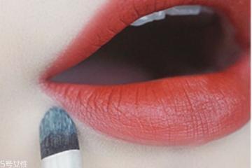 怎么用唇刷涂口红 涂口红的方法