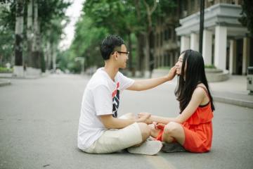 腼腆的男生喜欢你的表现 腼腆的男生配哪种女生